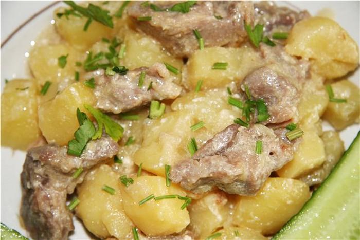 Картошка с говяжьей тушенкой пошагово